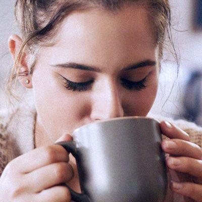 dame som drikker kaffe