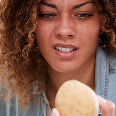 dame med potet i kjøleskapet