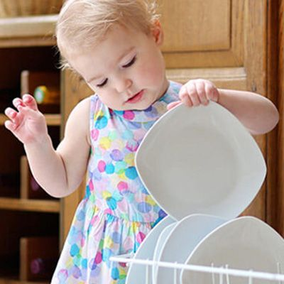 liten jente tømmer oppvaskmaskinen